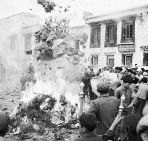 burning-religious-texts-and-antiques-during-the-cultural-revolution-